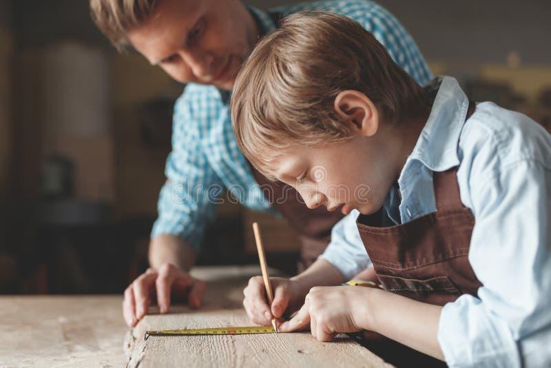 Père et fils au travail photos libres de droits