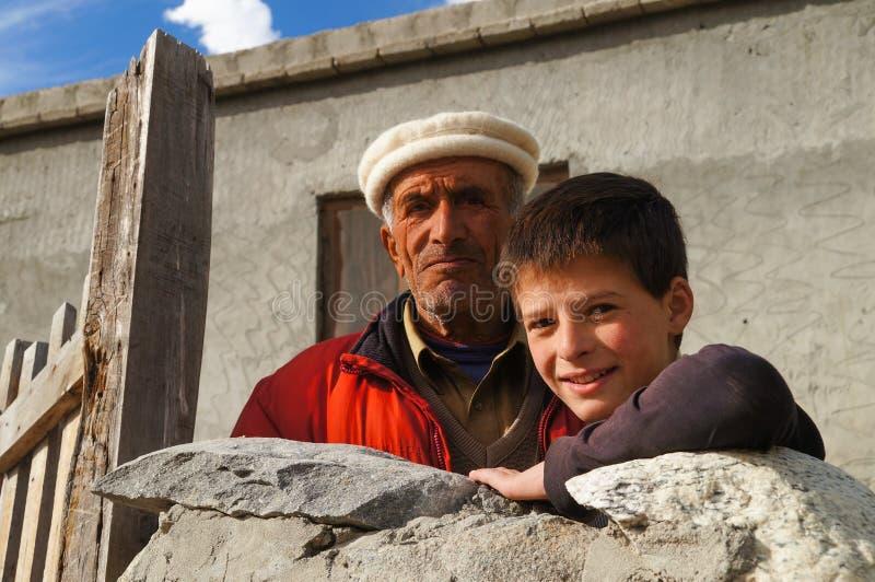 Père et fils au village de Hussaini, Pakistan du nord images libres de droits