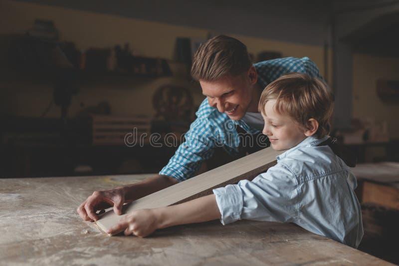 Père et fils avec une planche photographie stock