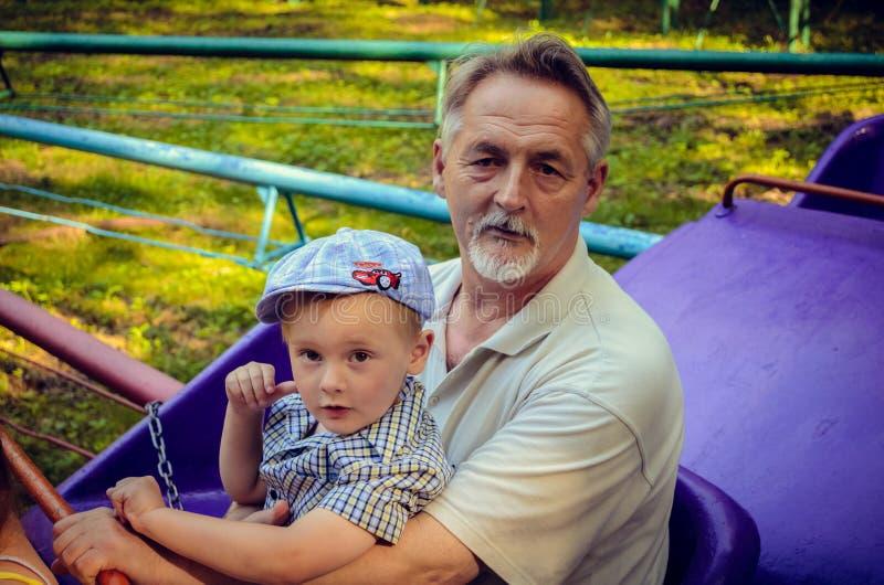 Père et fils ayant l'amusement photos libres de droits