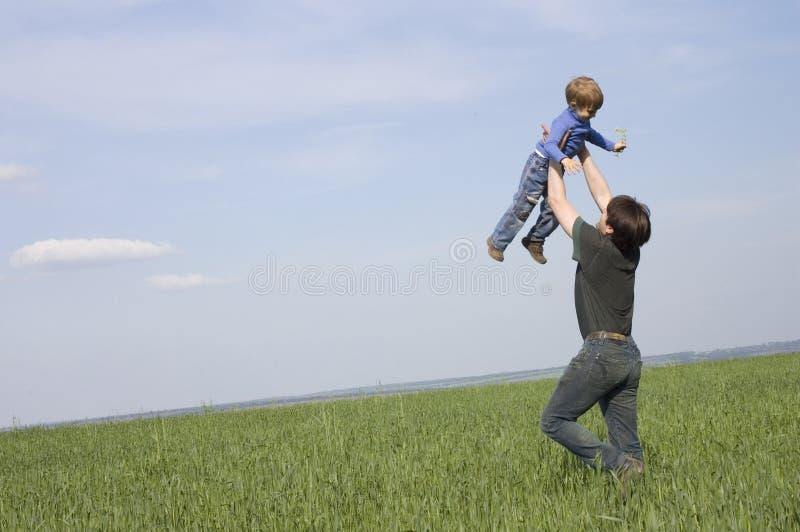 Père et fils ayant l'amusement extérieur photographie stock
