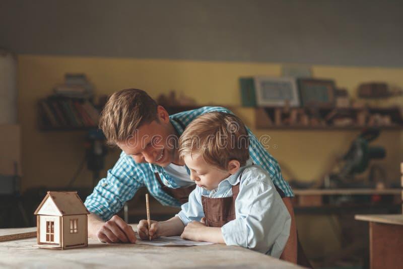 Père et fils dans l'atelier photo libre de droits