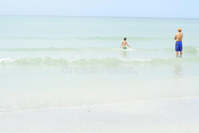 Père et fils dans l'océan photographie stock libre de droits