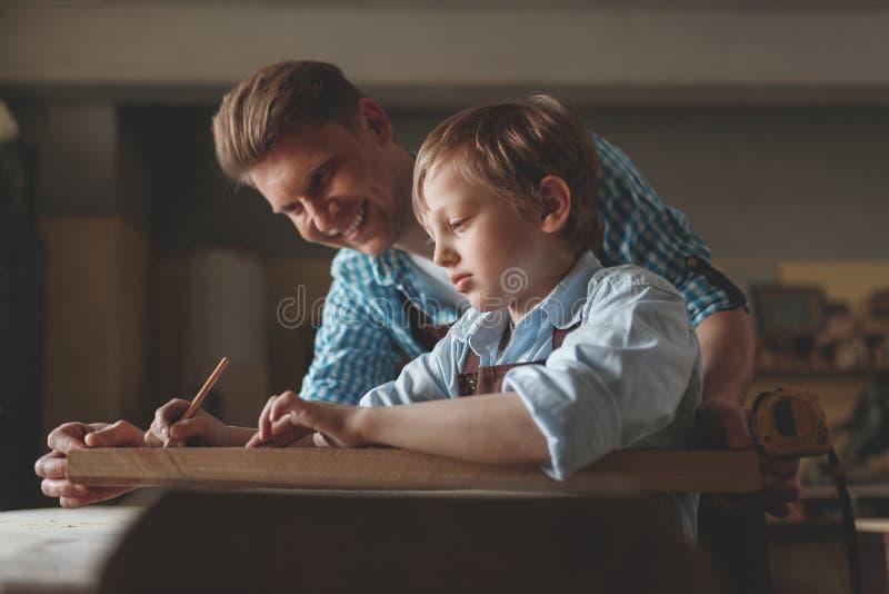 Père et fils dans l'uniforme à l'intérieur photographie stock libre de droits