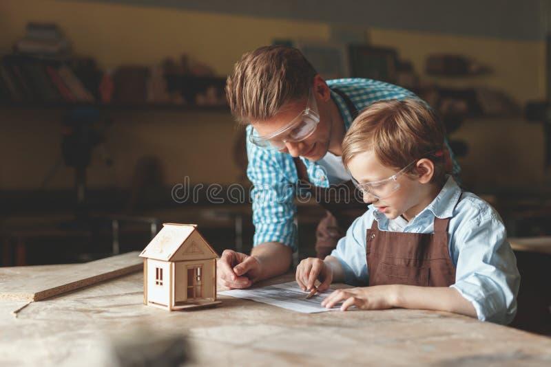 Père et fils dans l'uniforme à l'intérieur image stock