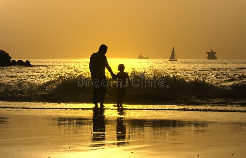 Père et fils dans la plage photo libre de droits