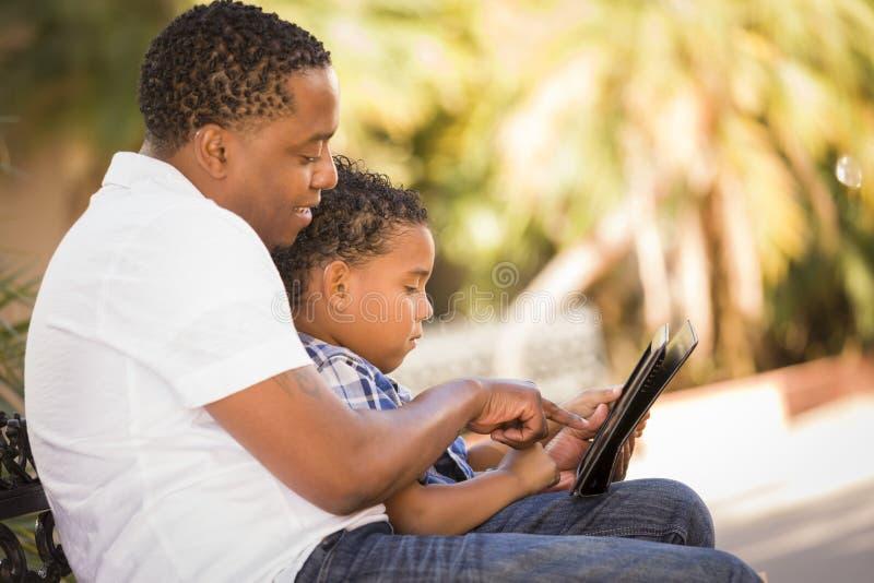 Père et fils de chemin mélangé à l'aide de la tablette de garniture de contact image stock