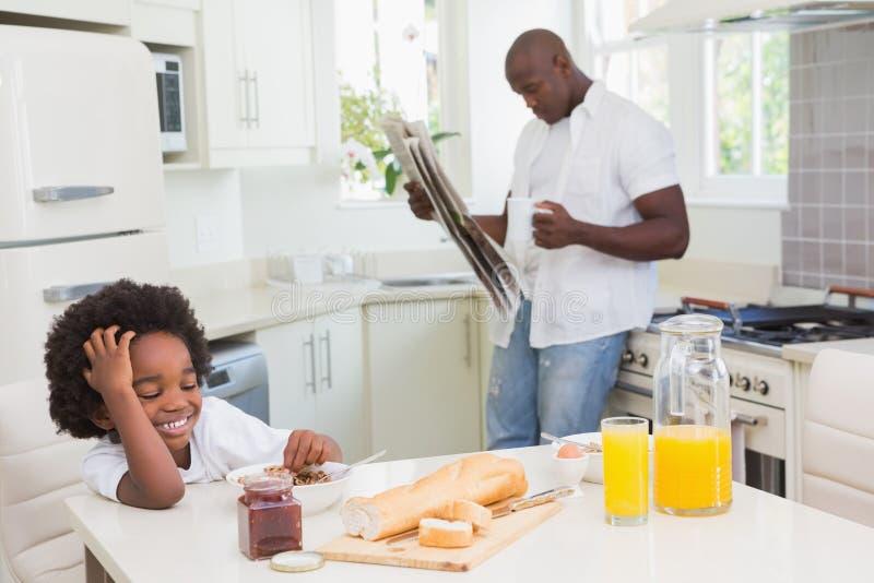 Download Père Et Fils De Sourire Prenant Un Petit Déjeuner Image stock - Image du vêtement, jeune: 56484677
