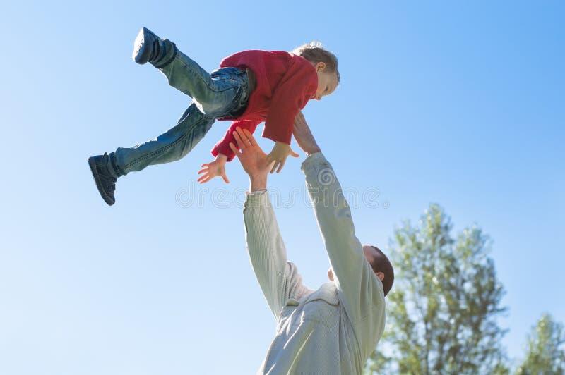 Père et fils dehors photographie stock libre de droits