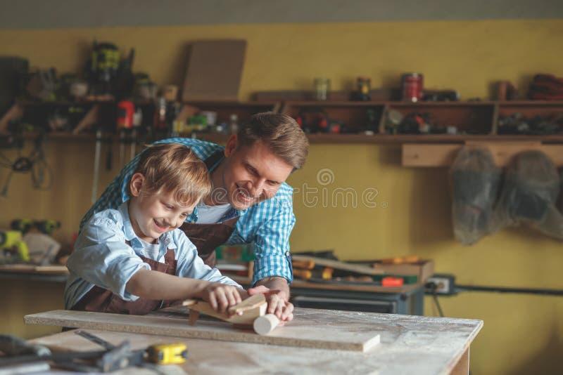 Père et fils en menuiserie photographie stock libre de droits