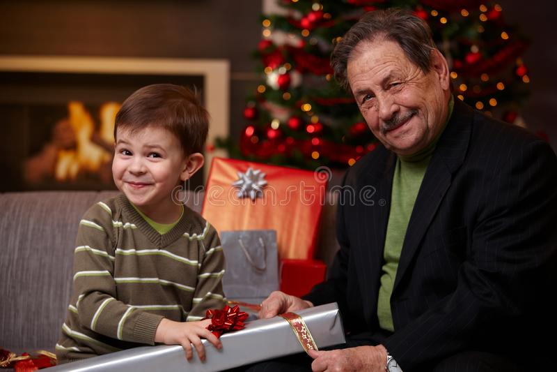 Père et fils enveloppant des cadeaux ensemble photos stock