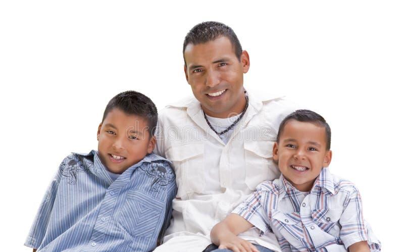 Père et fils hispaniques beaux sur le blanc photographie stock