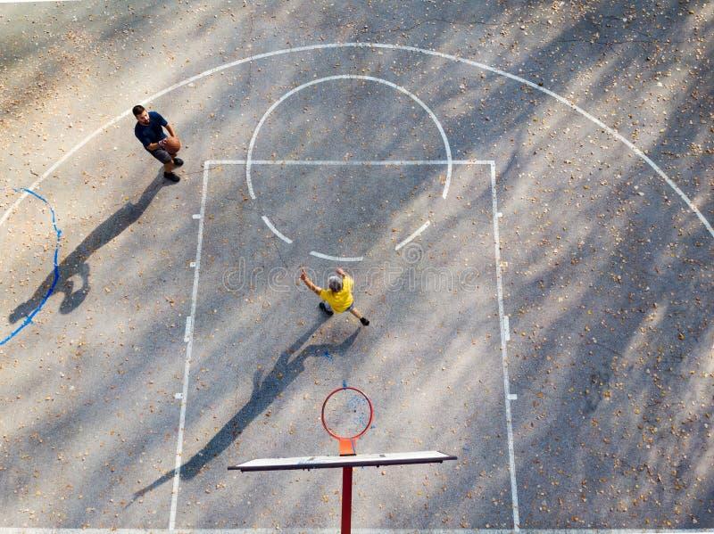 Père et fils jouant au basket-ball en parc photos libres de droits