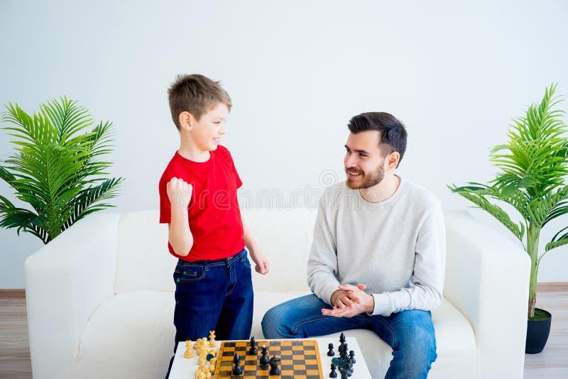 Père et fils jouant aux échecs photo stock