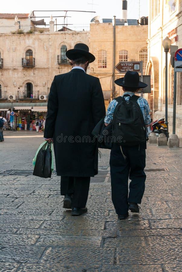 Père et fils juifs orthodoxes à Jérusalem image libre de droits