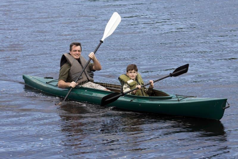 Père et fils Kayaking image stock