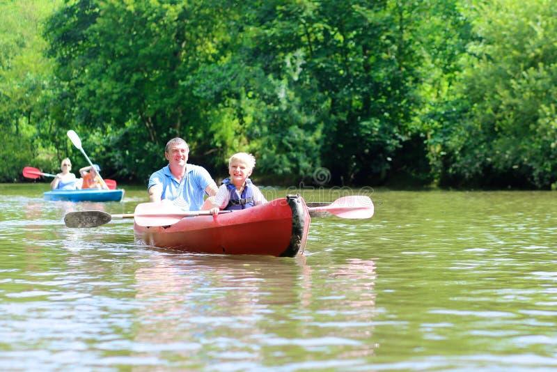 Père et fils kayaking sur la rivière photographie stock libre de droits