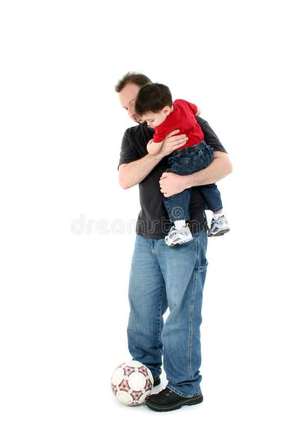 Père et fils occasionnels avec la bille de football au-dessus du blanc images libres de droits