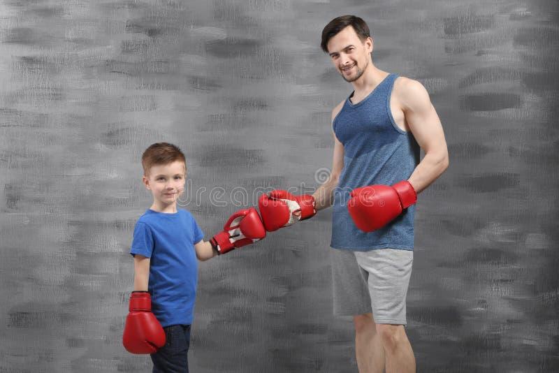 Père et fils pendant la formation de boxe photos stock