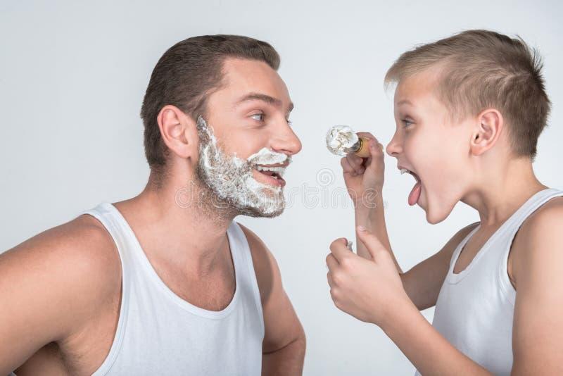 Père et fils rasant ensemble photographie stock libre de droits