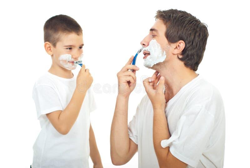 Père et fils rasant ensemble photos libres de droits