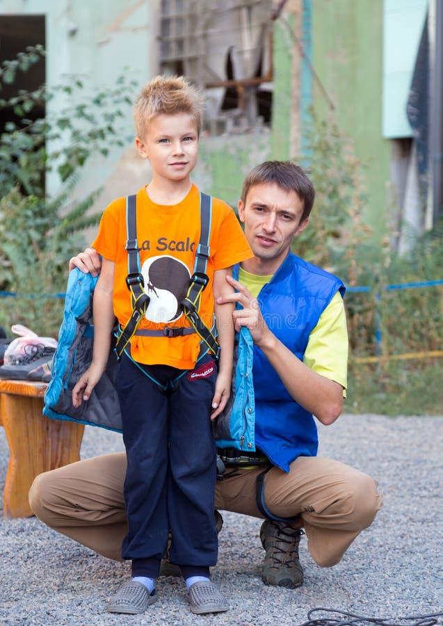 Père et fils se préparant à la montée images libres de droits