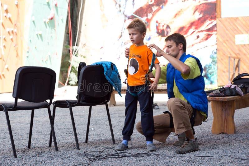 Père et fils se préparant à la montée photo stock