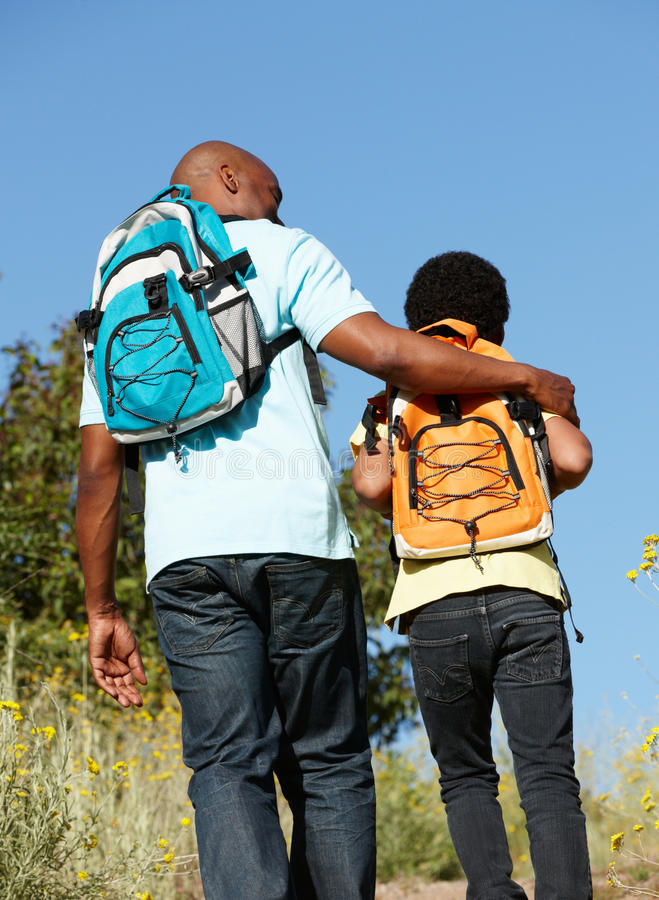 Père et fils sur la hausse de pays images stock