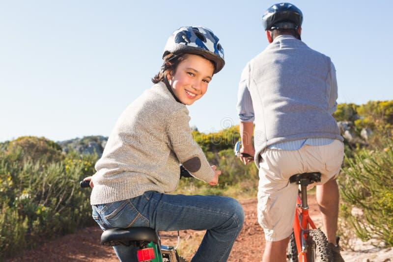 Père et fils sur un tour de vélo photo libre de droits