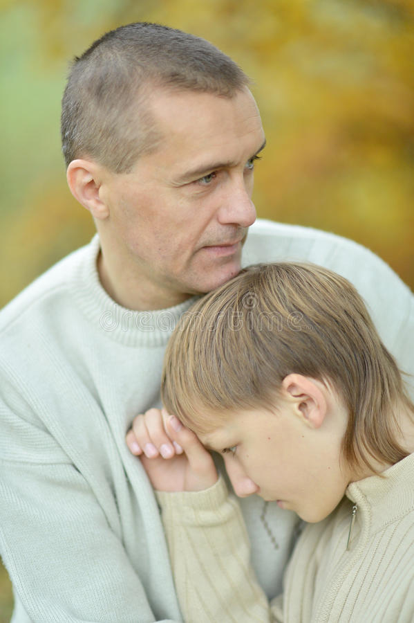 Père et garçon tristes image libre de droits