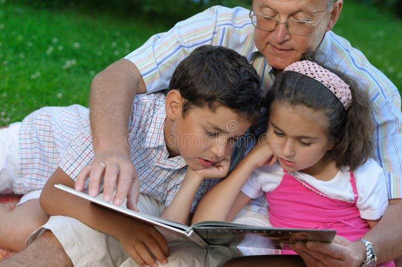 Père et gosses à l'extérieur photos stock
