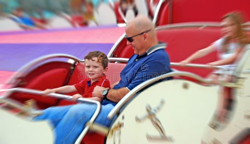 Père et gosses sur la conduite juste photos libres de droits