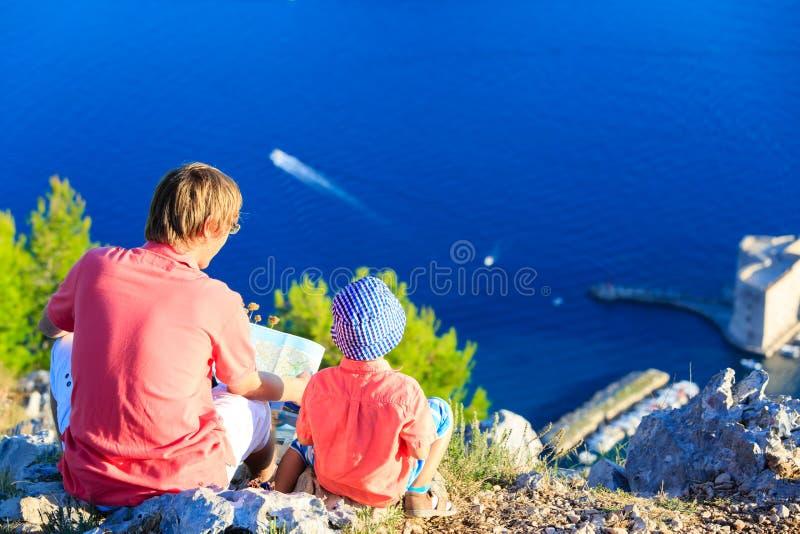 Père et petit fils regardant la vue scénique en Croatie photographie stock libre de droits