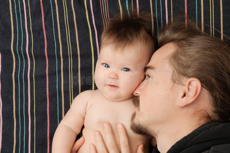 Père et petit portrait de bébé, paternité heureuse Jeune papa avec la barbe et petite fille image stock