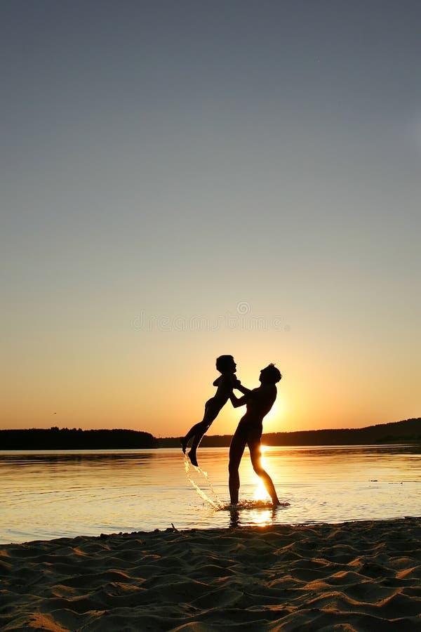 Père, fils et coucher du soleil photos stock