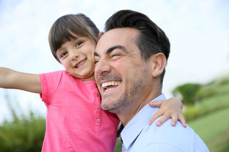 Père gai tenant sa fille photographie stock