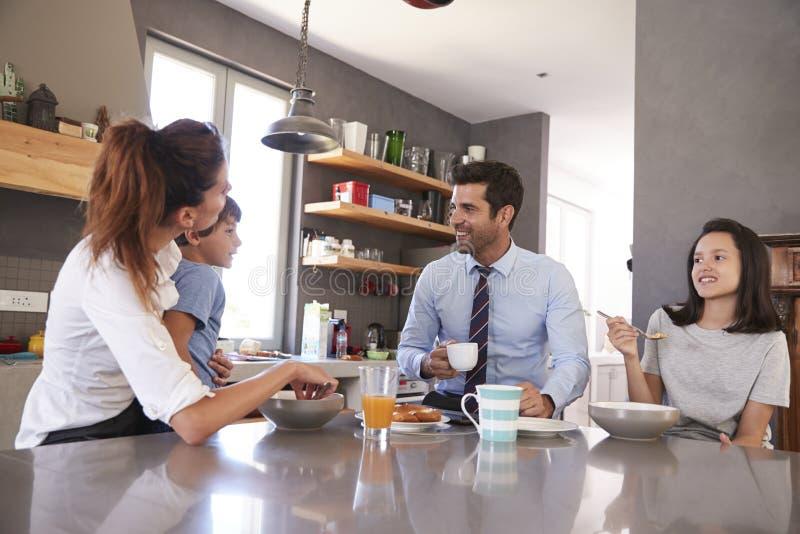 Père Having Family Breakfast dans la cuisine avant de partir pour le travail image stock