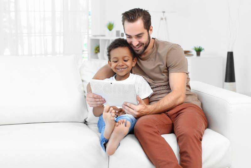 Père heureux avec le garçon afro-américain adopté photo stock