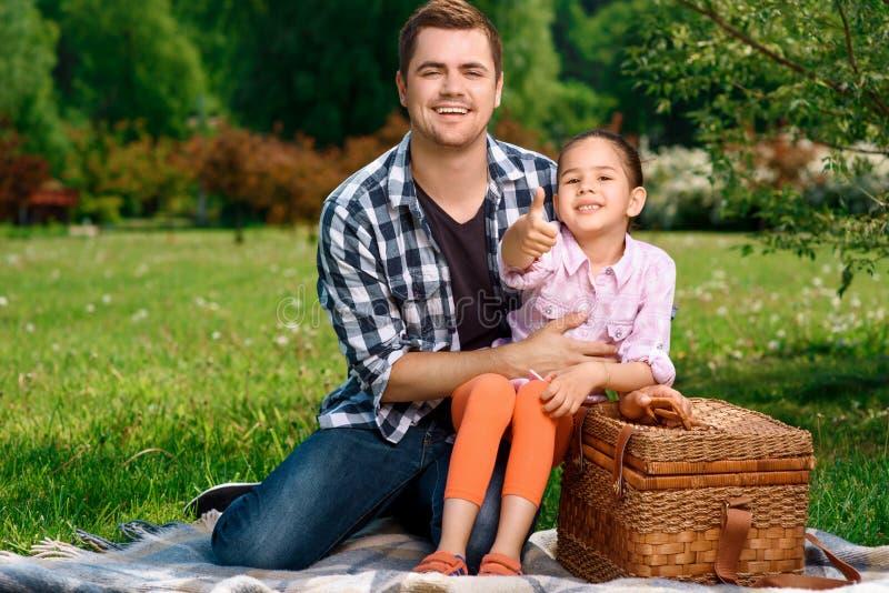 Père heureux avec sa fille sur le pique-nique photos stock