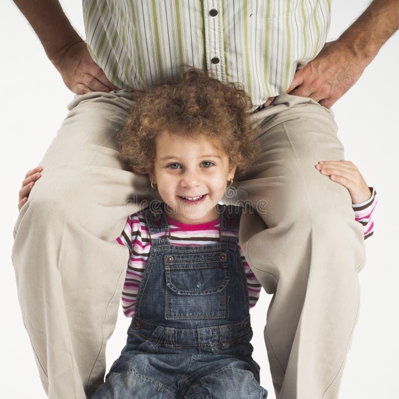 Père heureux de fixation de fille d'enfant en bas âge sur des épaules photo libre de droits