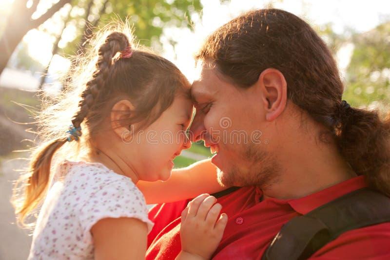 Père heureux et fille jouant et riant. photos libres de droits