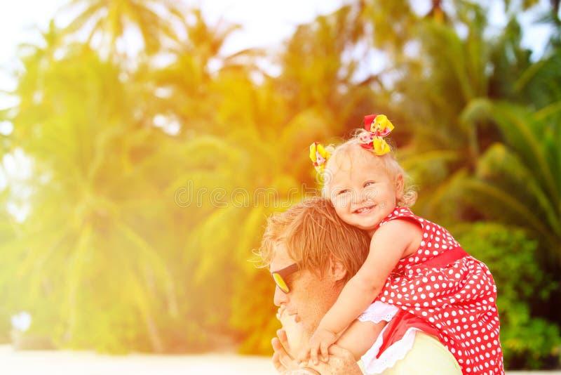 Père heureux et petite fille mignonne à la plage image libre de droits