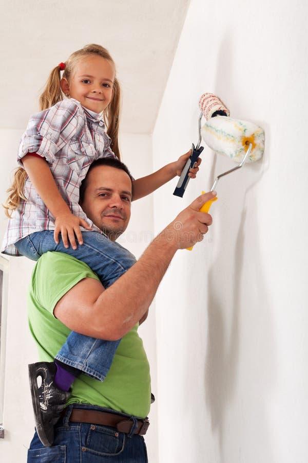 Père heureux et petite fille peignant la salle photo libre de droits