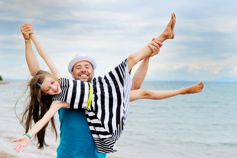 Père heureux et sa fille à la plage images libres de droits