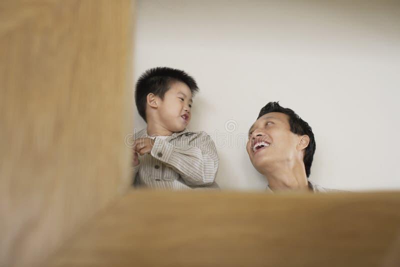 Père heureux And Son Playing photo libre de droits