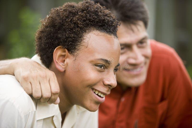 Père interracial et fils images stock