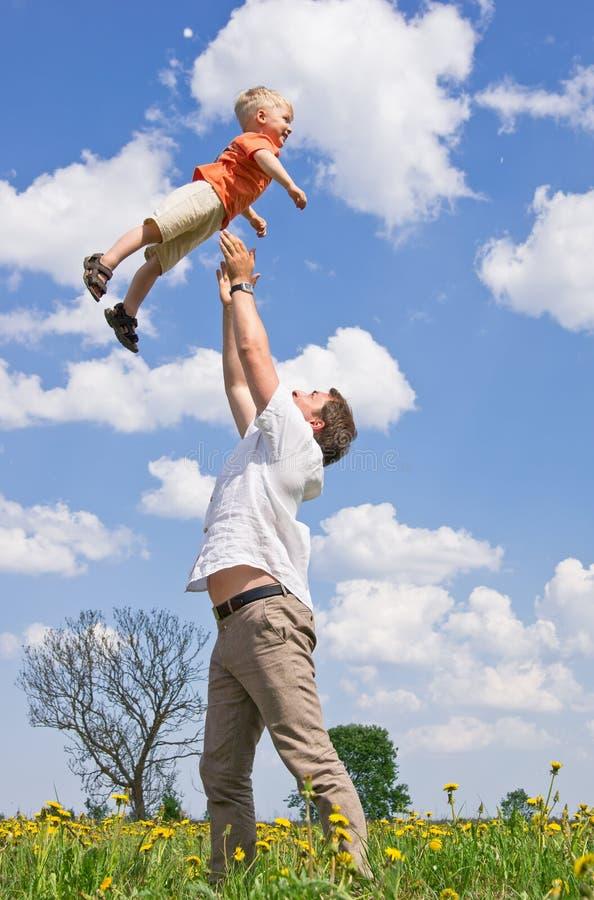 Père jouant avec le fils images libres de droits