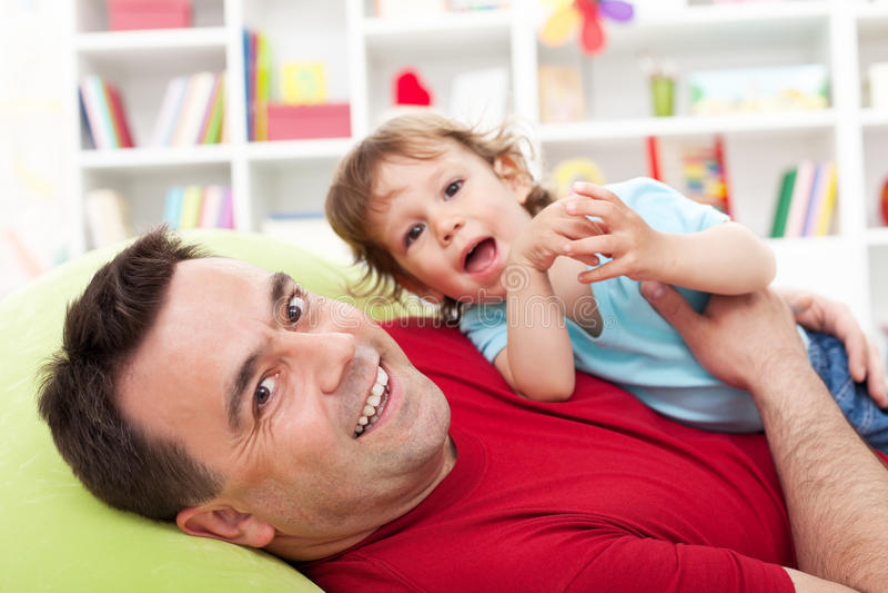 Père jouant avec le fils d'enfant en bas âge image libre de droits
