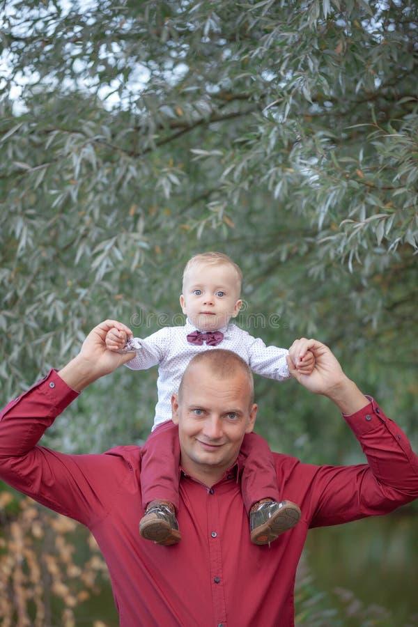 Père jouant avec peu de fils sur la nature Concept de la famille heureux photos stock