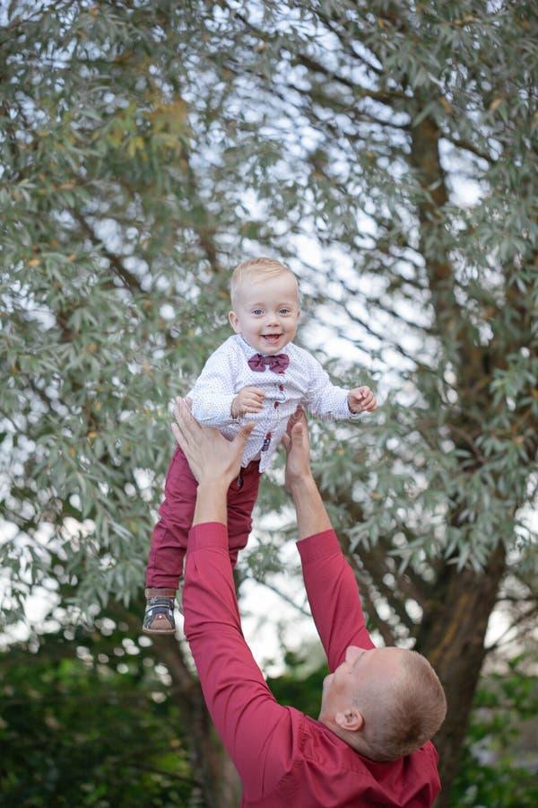 Père jouant avec peu de fils sur la nature Concept de la famille heureux images stock